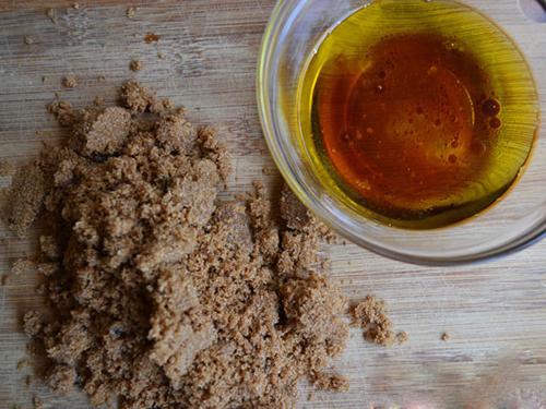 Mặt nạ dầu oliu và đường nâu